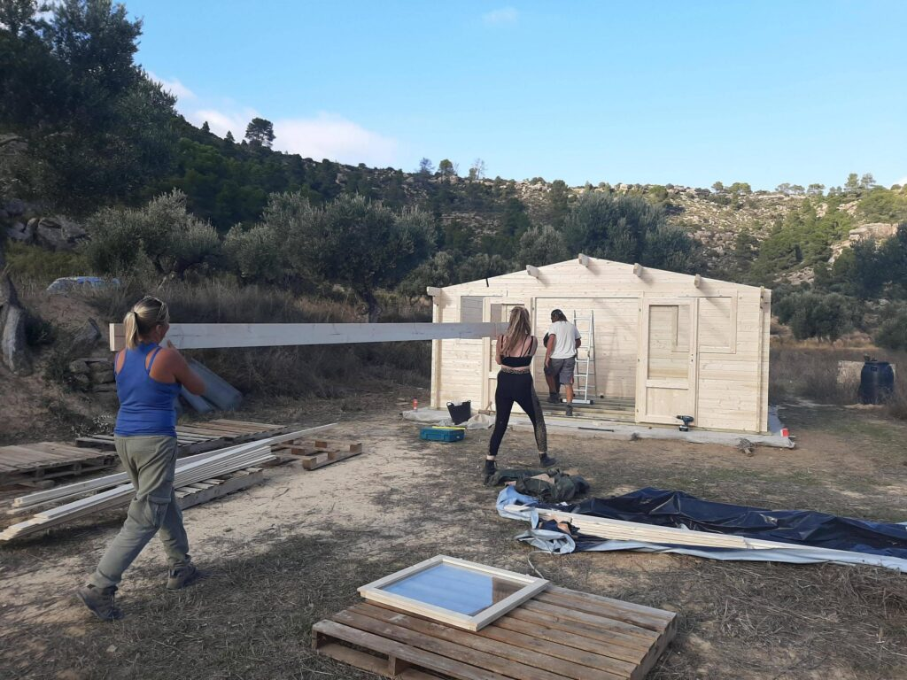 I volontari costruiscono il laboratorio di falegnameria